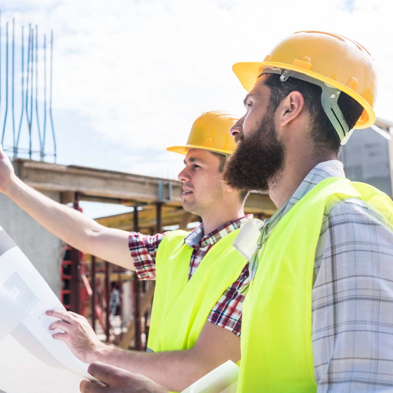 2 construction workers discussing plans